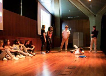 ragazzi e ragazze scena palco2